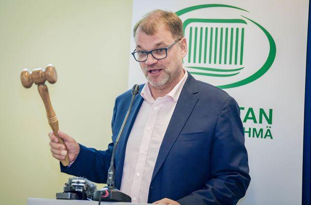 Pääministeri Juha Sipilä esitteli keskustan eduskuntaryhmän kesäkokouksessa itse tekemänsä sote-nuijan ja visioi, että viimeisenä nuijaa käyttää tasavallan presidentti Sauli Niinistö sote-lait hyväksyessään.