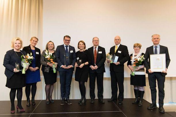 Palkitut vasemmalta: Tiina Miettinen (henkilöstöjohtaja, Fingrid), Reetta-Liisa Pikkola (ostojohtaja, Suomalainen Kirjakauppa Oy), Pirjo Hämäläinen (hallintojohtaja, SKK Oy), Panu Porkka (toimitusjohtaja, SKK Oy), Mervi Jäntti (myynti- ja markkinointijohtaja, SKK Oy), Ville Ahola (tietohallintopäällikkö, SKK Oy), Arja Puikkonen (johtaja, hallinto, Kemianteollisuus ry), Timo Leppä (toimitusjohtaja, Kemianteollisuus ry).