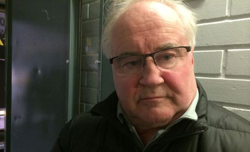 Mikko Juntunen sai iskun Veli-Matti Savinaisen mailankappaleesta.