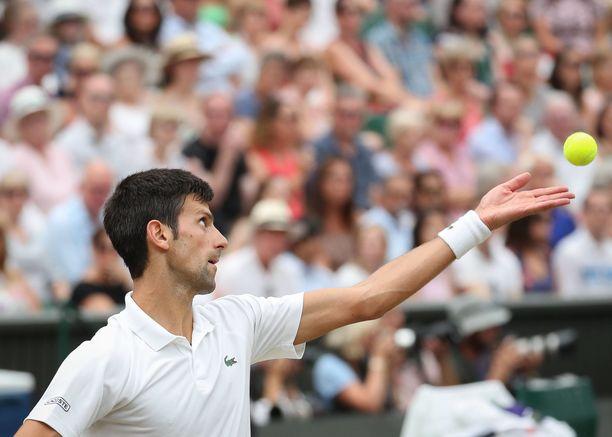 Novak Djokovic voitti viime vuonna Wimbledonin miesten kaksinpelin turnauksen. Pelaajien asuihin sallitaan vain pienet värilliset logot.