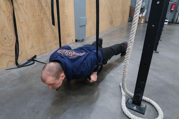 Markku Sorosuo kertoo, että rengaspunnerrustreeni kulkee paremmin 75 kiloisena.