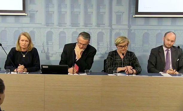 Juha Rehula ja muut ministerit hallituksen sote-infossa marraskuussa 2015.