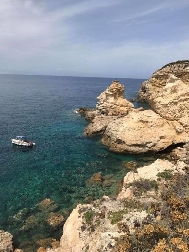 Ventotenen vedet ovat kirkkaita ja rannat kallioisia.