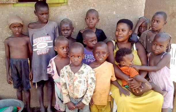 Tähän kuvaan mahtui vain äiti ja hänen 12 lastaan.