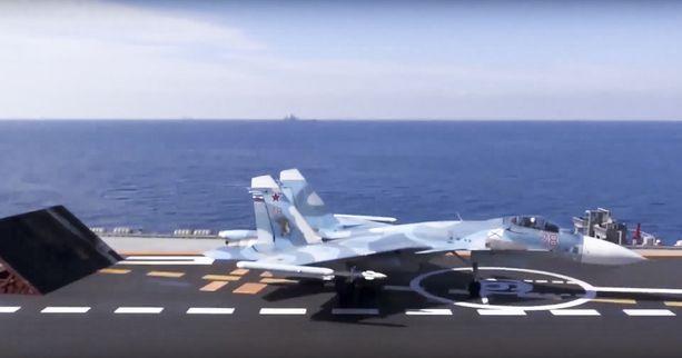 Suhoi Su-33 -hävittäjä Admiral Kuznetsovilla kaksi viikkoa sitten kuvattuna.