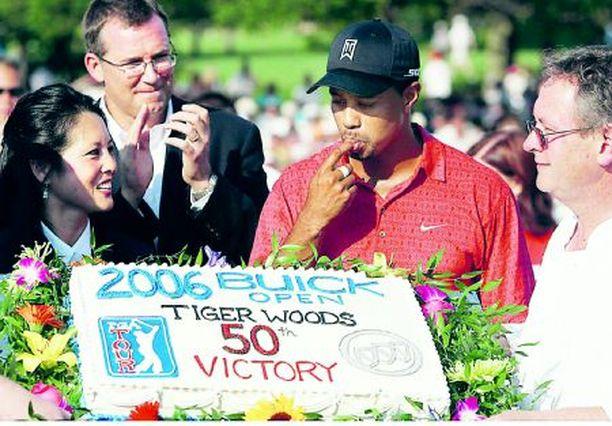 Tiger Woodsilla on komea kokoelma PGA Tour -voittajapokaaleja.