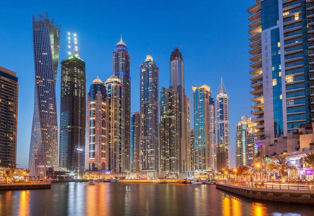 Dubaissa voi ihailla pilvenpiirtäjiä tai lähteä aavikkoretkelle.