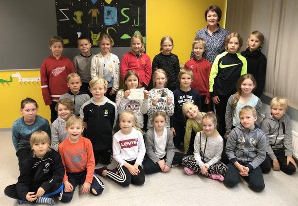 Martti Ahtisaaren koulun 3C-luokka riemastui presidenttiparin lähettämästä kirjeestä.
