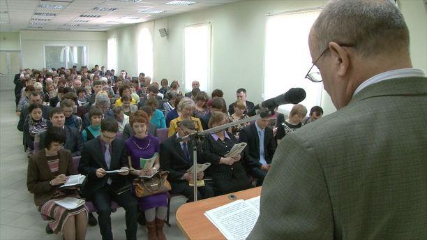 Venäjällä on noin 175 000 aktiivista Jehovan todistajaa. Kuvassa uskontokunnan harjoittajat jumalanpalveluksessa Venäjällä Nevinnomysskin kaupungissa.