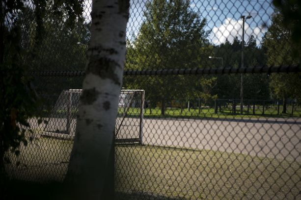 Pizzeriayrittäjän mukaan mies istui usein yksin kentän laidalla penkillä, kun hänen kaverinsa pelasivat jalkapalloa keskustan hiekkakentällä pizzerian edessä.