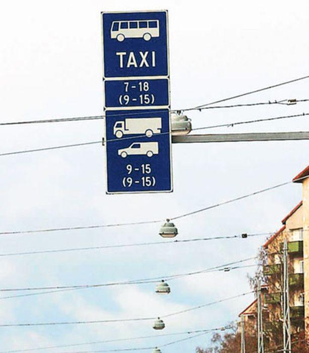 LUVALLISTA VAI EI Lukija kummeksuu bussikaistaa käyttäviä poliisiautoja.
