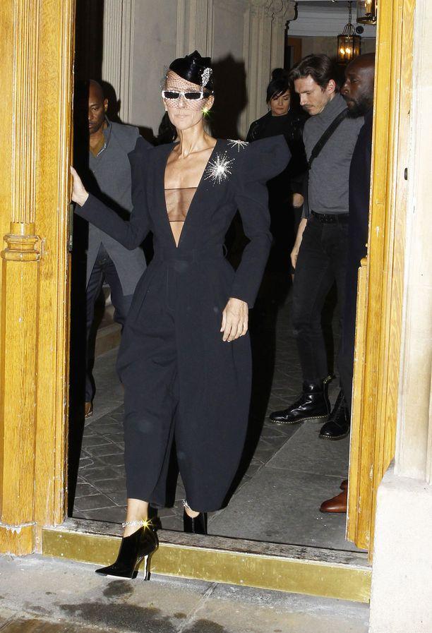 Celine Dion on viime aikoina edustanut aurinkolaseihin sonnustautuneena.