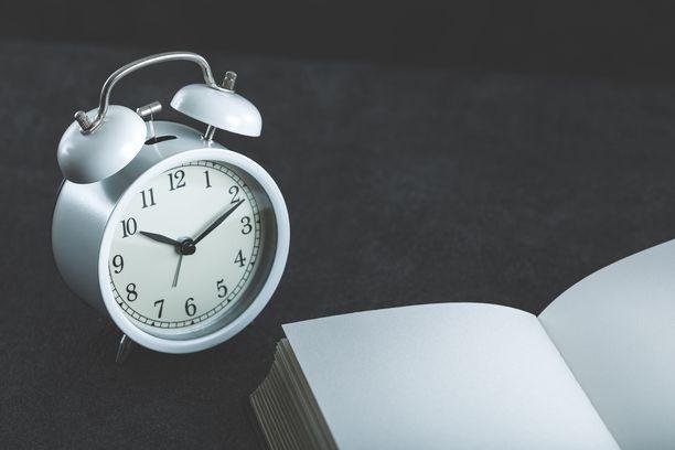 Unipäiväkirjan pitäminen on kannattavaa, sillä se auttaa huomaamaan ongelmat omassa unirytmissä.