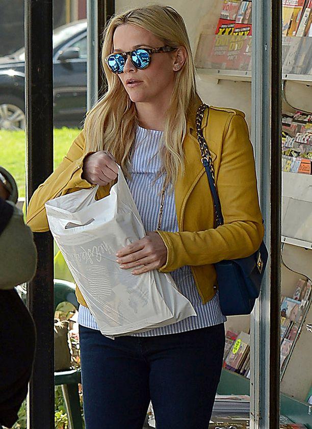 Meikitön syntymäpäiväsankari kuvattiin shoppailemassa toissapäivänä.