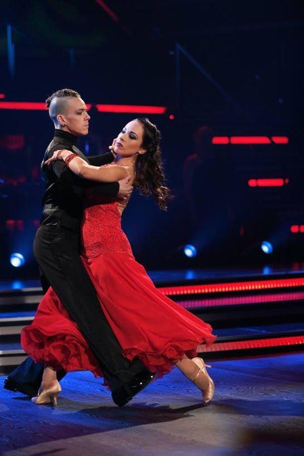 Janna ja Matti tanssivat fox-trotin.