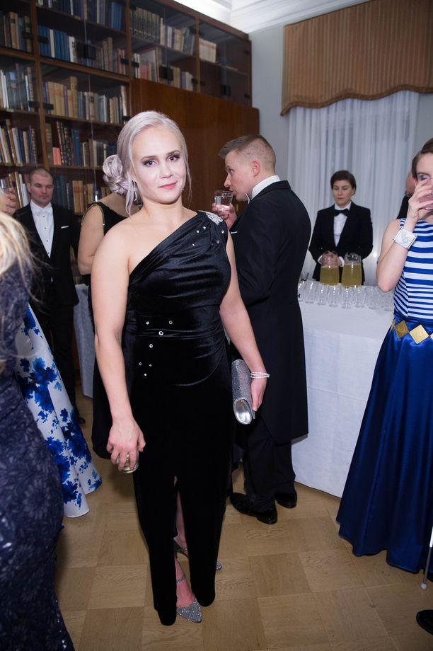 Petra Ollin asun tuunasi Linnan juhlia varten radiojuontaja Satu Kotonen.