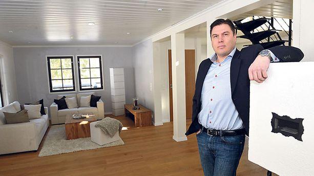 Kiinteistönvälittäjä Pasi Saari uskoo mökkikaupan piristyvän tänä vuonna.