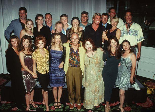 Kauniissa ja rohkeissa on nähty vuosien varrella satoja näyttelijöitä. Kuvassa tähtikaarti 1990-luvulla.