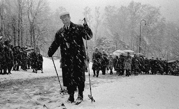 Vuonna 1957 oli vähän erilainen vappusää. Esimerkiksi Kari Tavaila johdatti Hämäläis-Osakunnan hiihtäen Ullanlinnanmäelle juhlimaan työväen juhlaa.