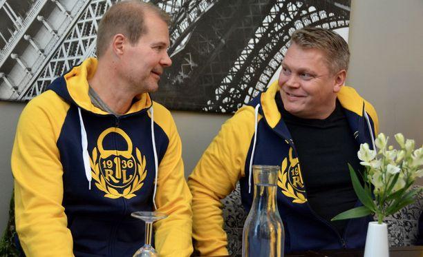 Pekka Virta (oik.) saa Raumalla tiimiinsä raumalaiskiekkoilun todellisen legendan, maailmanmestari Erik Hämäläisen.
