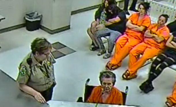 Blessing istui oikeudenkäynnissä pyörätuolissa.