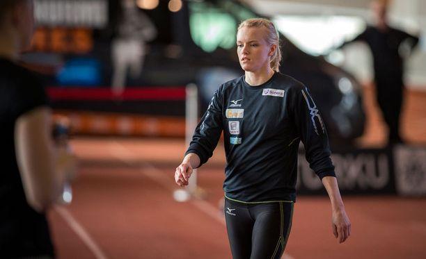Minkä ikäinen seiväshyppääjä Minna Nikkanen on?