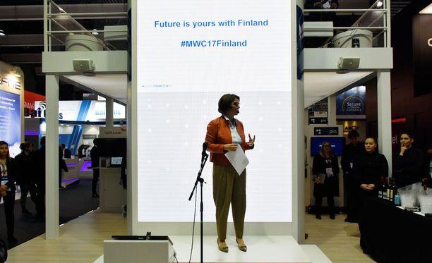 Anne Berner avasi Suomen viestiä edistävän Finpron järjestämän verkostoitumistilaisuuden Barcelonassa maanantaina.