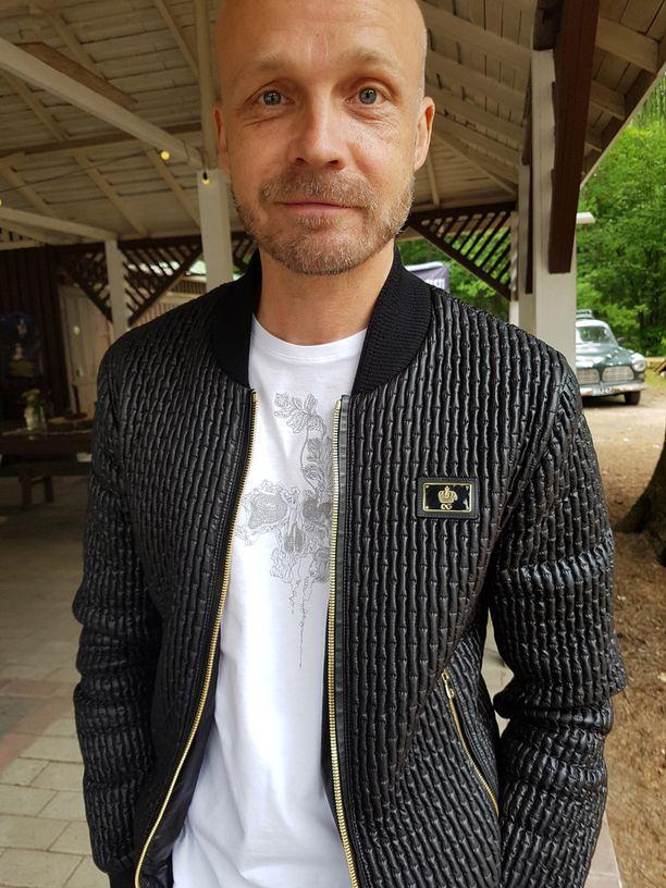 Juha Tapio saapui Kaksi puuta -kesäteatteriesityksen ensi-iltaan Dolce & Gabbanan näyttävässä takissa.