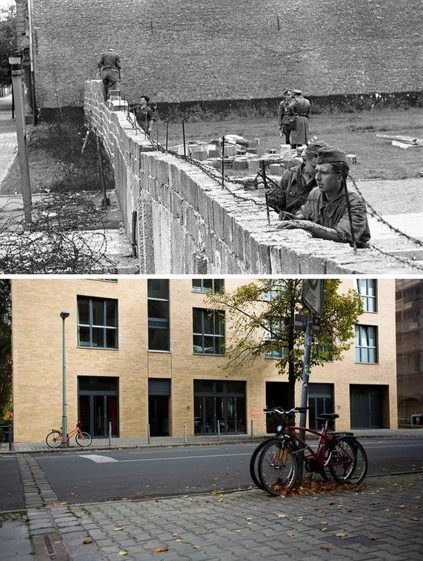 Itäsaksalaisia poliiseja syyskuussa 1961 poistamassa piikkilankaa muurilta, jotta tiilimuuri voitiin rakentaa korkeammaksi Ranskan ja Neuvostoliiton sektoreiden välillä.