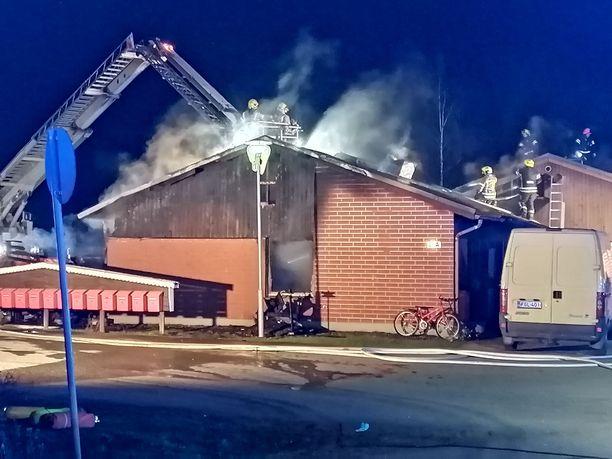 Tulipalo tuhosi rivitalon päätyasunnon täysin.