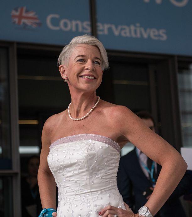Pari vuotta sitten Hopkins pukeutui konservatiivien bileisiin valkoiseen häämekkoon.