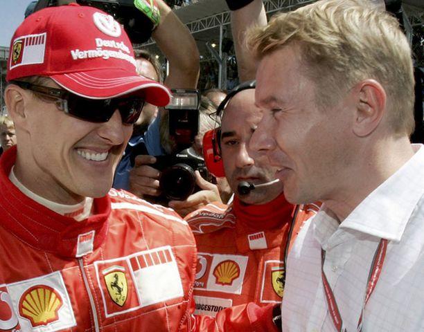 Mika Häkkinen (oik.) ei hämmästyisi, jos Michael Schumacher nähtäisiin vielä F1-kilpailuissa.