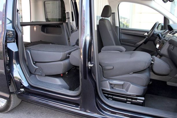 Henkilöautoversiossa pelkääjän istuimen selkänojan voi taittaa eteen.