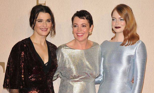 Rachel Weisz, Olivia Colman ja Emma Stone ovat The Favouritessä kolmiodraaman pyörteissä.
