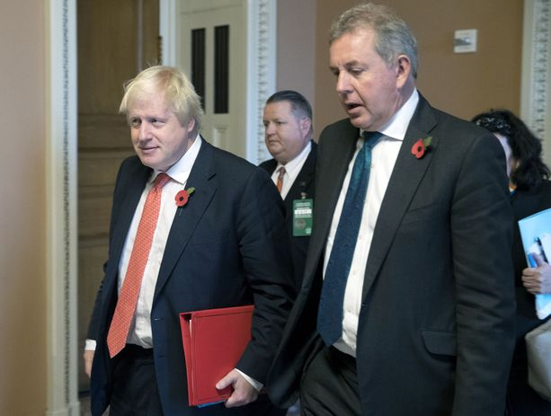 Konservatiivien suosikki Britannian seuraavaksi pääministeriksi, Boris Johnson ja Yhdysvaltojen entinen suurlähettiläs Kim Darroch Washingtonissa vuonna 2017.