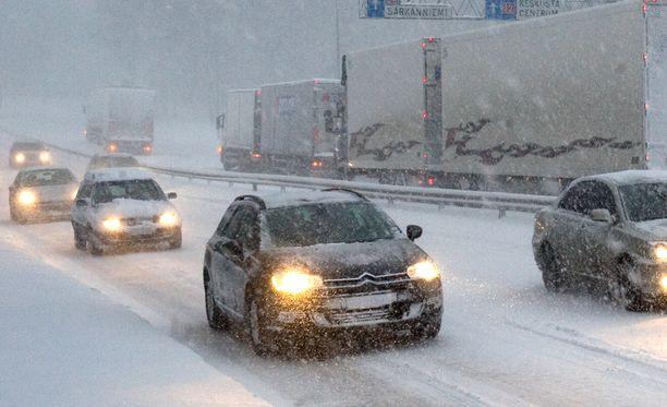 Ajokeli muuttuu lumisateiden myötä erittäin huonoksi. Arkistokuva.