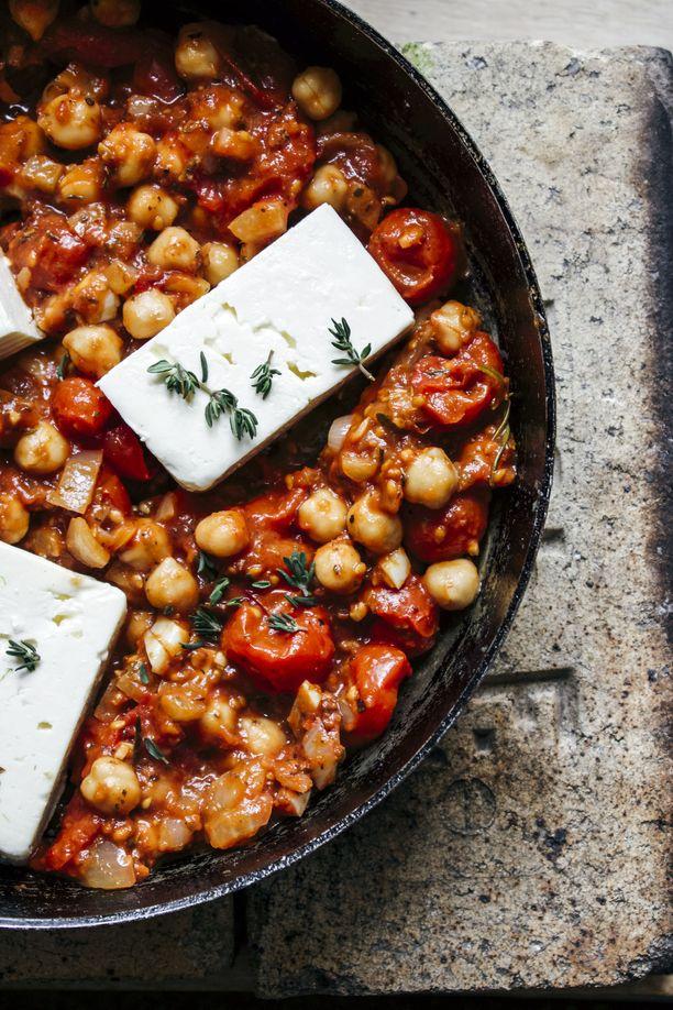 Tomaatti-fetapadan kikherneet sisältävät paljon prebiootteja.