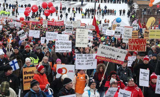Aktiivimalli on kirvoittanut runsaasti kritiikkiä. Uudistusta vastaan osoitettiin mieltä helmikuun alussa.