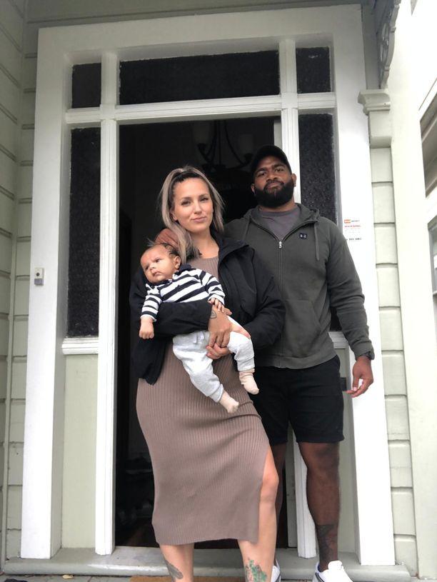 Sira Tuominen on pattitilanteessa, kun hän ei saa uutta passia ja Uusi-Seelanti on sulkenut rajansa. Kuvassa myös Tuomisen australialainen puoliso Luke ja kaksikuinen poika Remi.