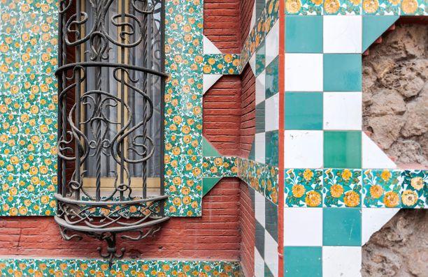 Rakennuksen seinissä ja ikkunanpielissä on yksityiskohtaisia koristeita.