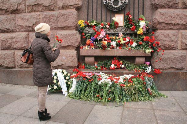 Teknologicheskii institut -metroaseman edustalle tuotiin kymmenittäin kukkia ja paljon kynttilöitä