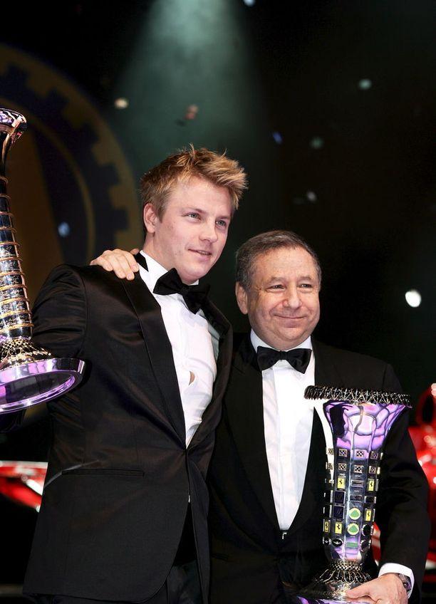 Kimi Räikkönen juhli ensimmäisellä Ferrari-kaudellaan maailmanmestaruutta. Rinnalla myhäilee Jean Todt merkkimestaruusmalja käsissään.