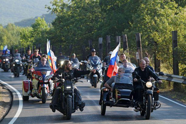 Yön Susien johtaja Alexandr Zaldostanov ja presidentti Vladimir Putin johtivat suurta moottoripyöräsaattuetta Krimin Sevastopolissa elokuussa 2019.