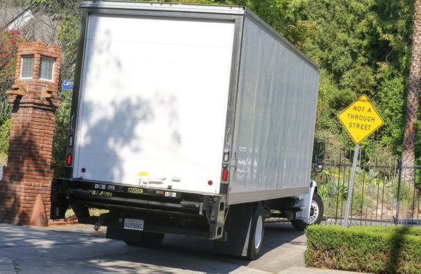 Muuttoauto kurvasi Angelinan ja Bradin kotiin.