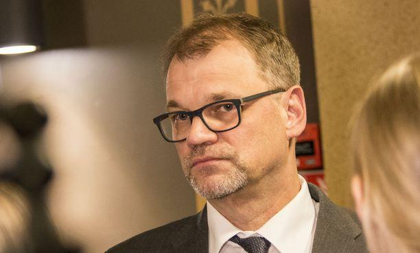 Pääministeri Juha Sipilä (kesk) tapasi Oulun kaupungin johtoa, poliisin johtoa ja mediaa Oulussa lauantaina 12.1.2019. Hän kommentoi illalla koko maata järkyttänyttä raiskausvyyhtiä, jossa uhreina ovat olleet nuoret tytöt.