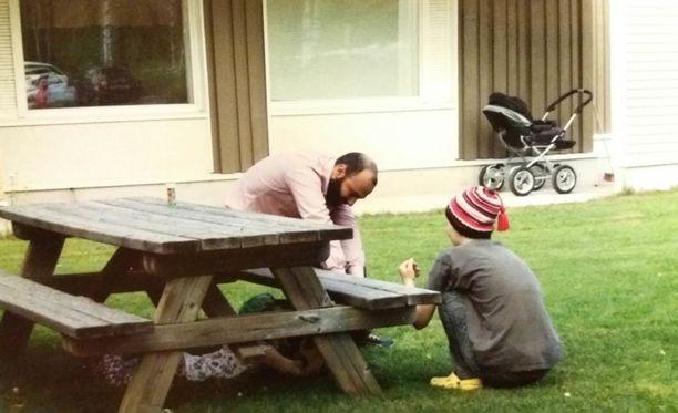 Tommi (oik) ja hänen lapsensa (pöydän alla) osallistuivat viime kesänä Rovaniemen lastensuojelun järjestämälle perhekesäleirille.