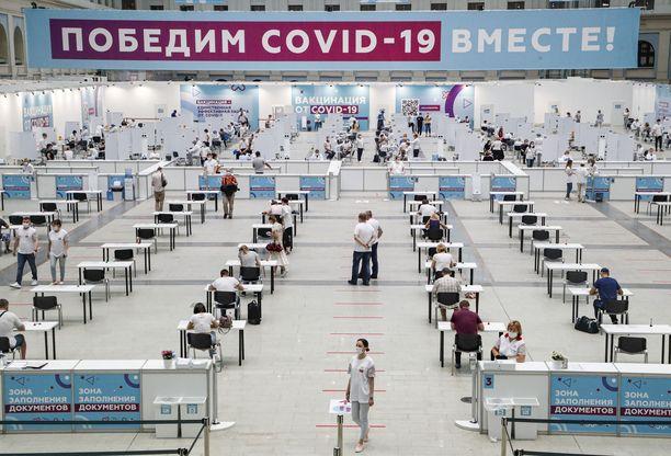 Ihmiset odottivat koronarokotteen saamista kokouskeskus Gostinnyi Dvorissa Moskovassa 15. heinäkuuta.