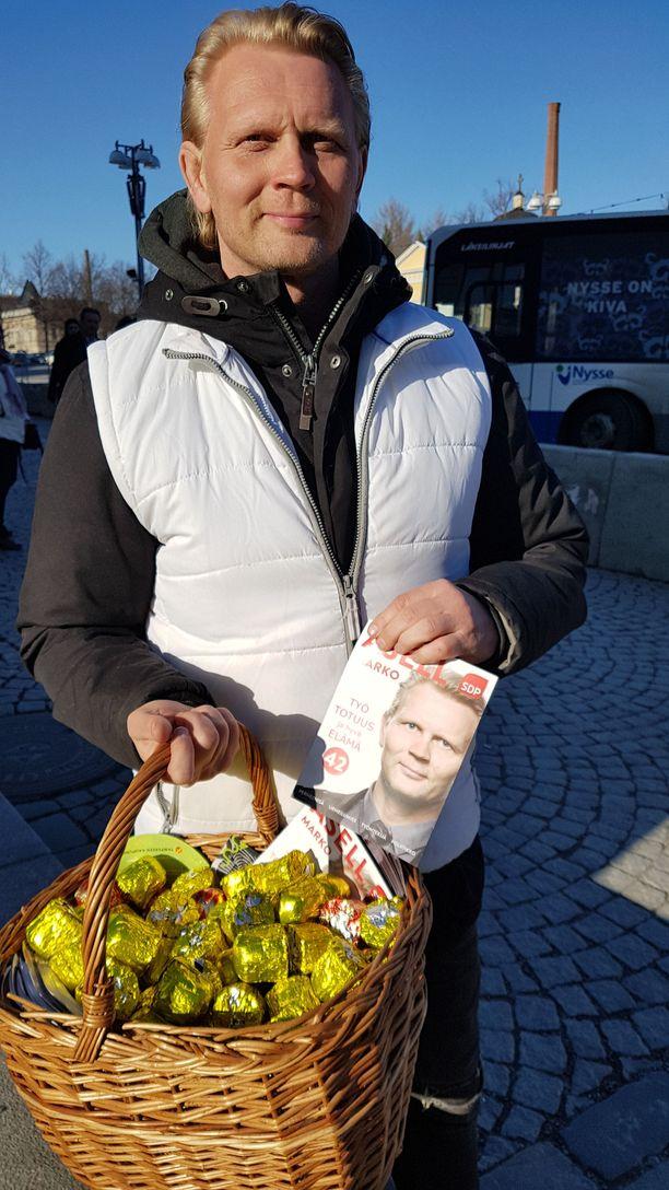 Marko Asell jakoi vaalikampanjansa aikana torilla suklaasuukkoja.