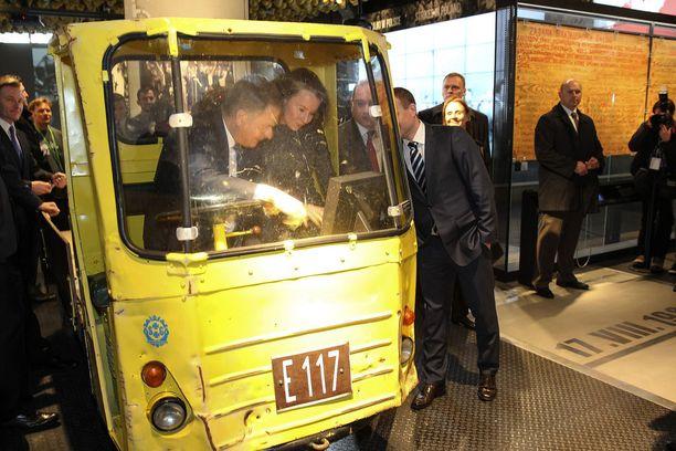 Niinistö ja Haukio hauskuttivat mediaa keltaisen kuormalava-auton kyydissä Puolassa.