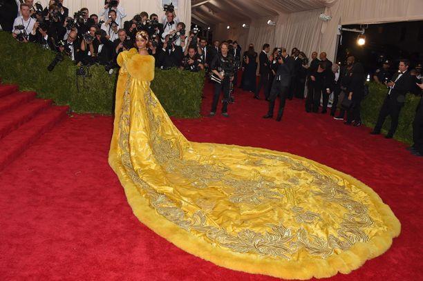Rihannan asu herätti valokuvaajien huomion Met-gaalassa vuonna 2015.